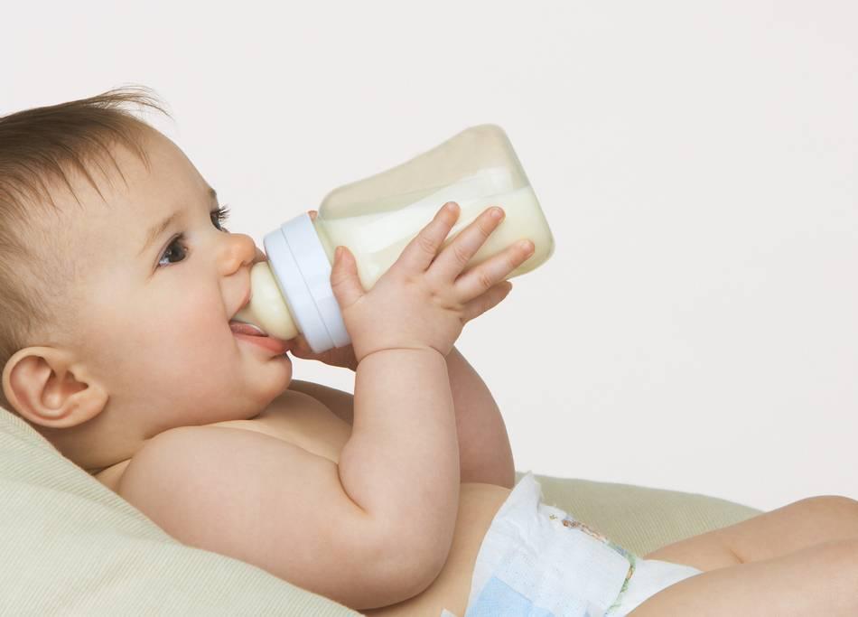 Когда ваш ребенок научился держать бутылочку?