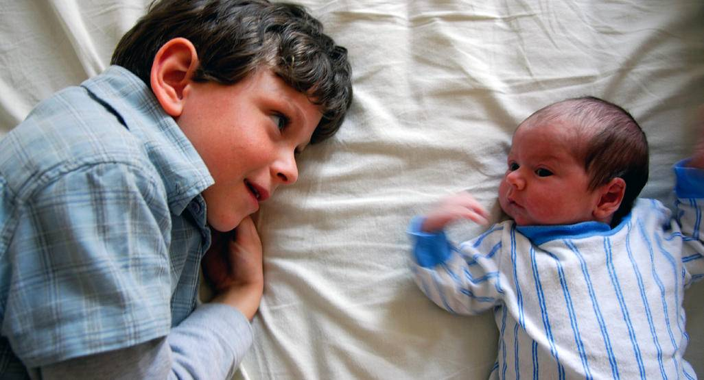 Cтарший ребенок ревнует к младшему: 8 советов в помощь