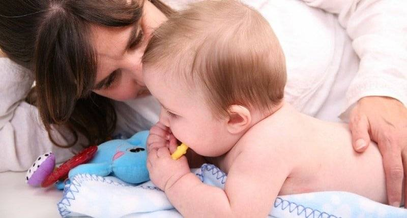 Когда можно класть новорожденного на живот