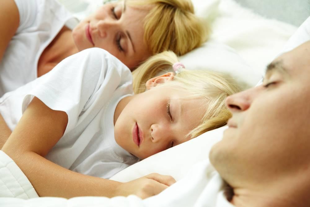 Как отучить ребёнка спать с родителями: мнение психологов о плюсах и минусах отдельного сна грудничка и мамы