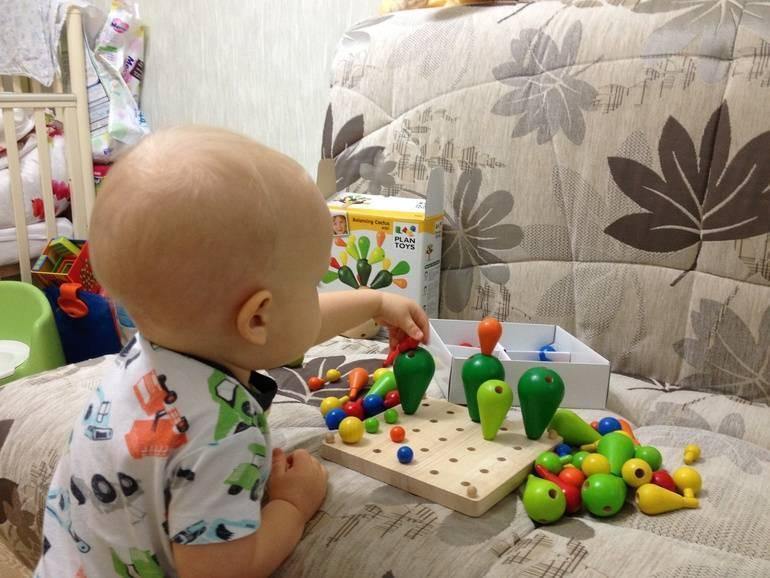 Как развивать ребенка в 8 месяцев: полезные занятия с малышом