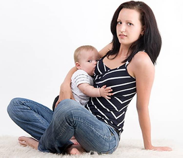 Позы для кормления ребёнка грудью: удобные положения и применение подушки