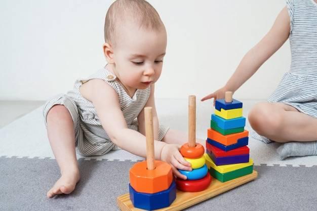 Как научить ребёнка в 10 месяцев собирать пирамидку ?