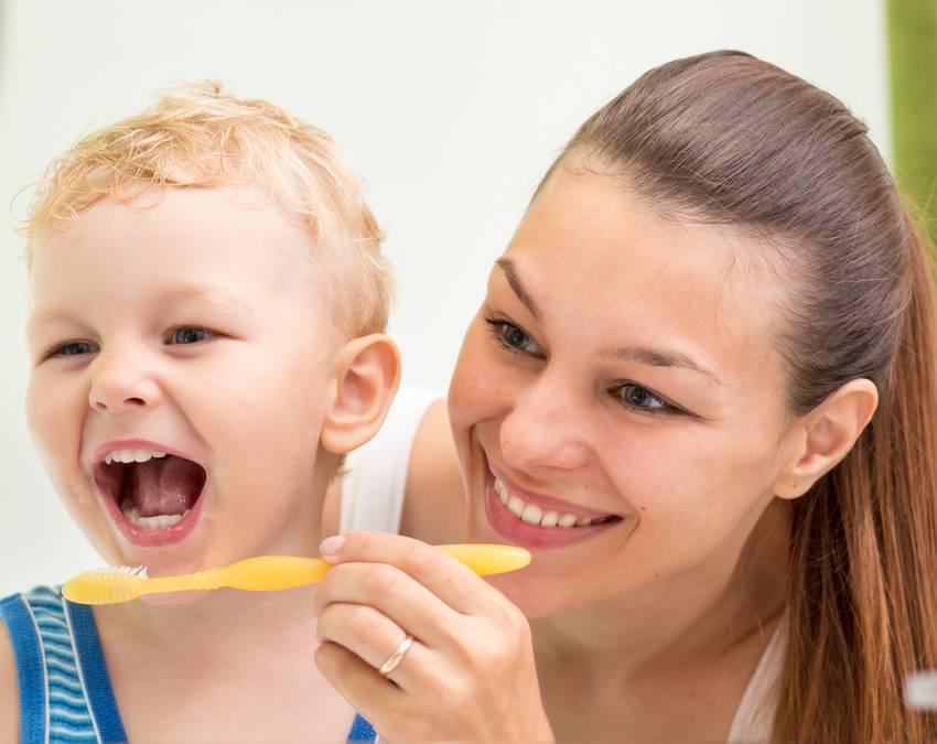 Когда начинать чистить зубы малышу и как правильно