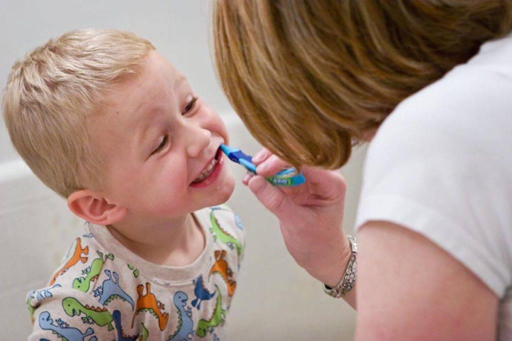Как чистить зубы ребенку, как научить ребенка чистить зубы