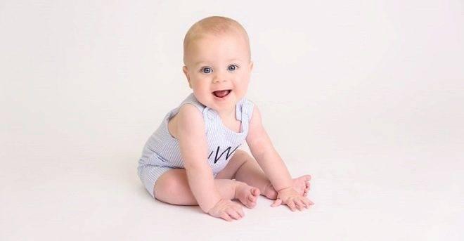 Во сколько месяцев ребенок начинает самостоятельно сидеть