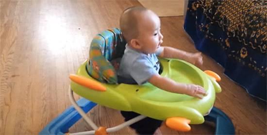 Во сколько ребенок начинает стоять самостоятельно, как ему помочь. как быстро научить ребенка вставать на ножки в кроватке, а затем и самостоятельно стоять без опоры?