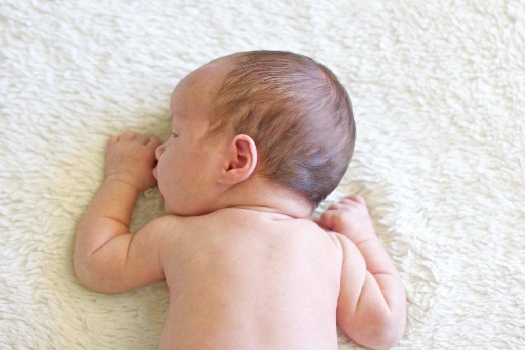 С какого возраста можно выкладывать новорожденного и как правильно это делать