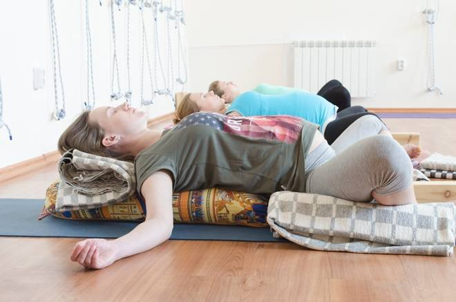 Как заставить плод перевернуться головкой вниз. какие выполнять упражнения, чтобы ребенок перевернулся в животе? как избежать патологии предлежания
