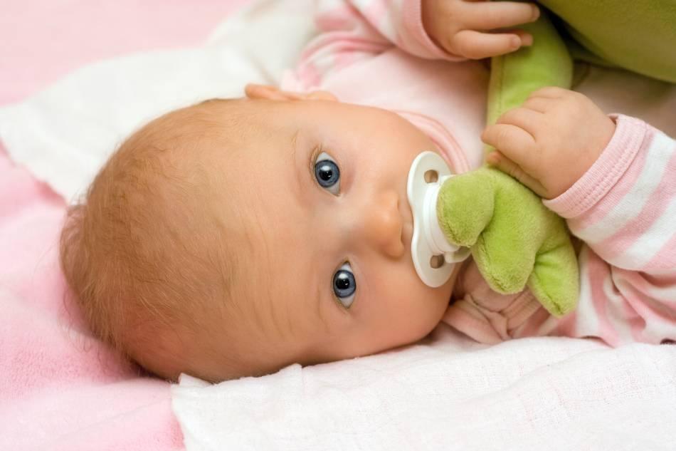 Стоит ли приучать ребенка к пустышке  и как это можно сделать?