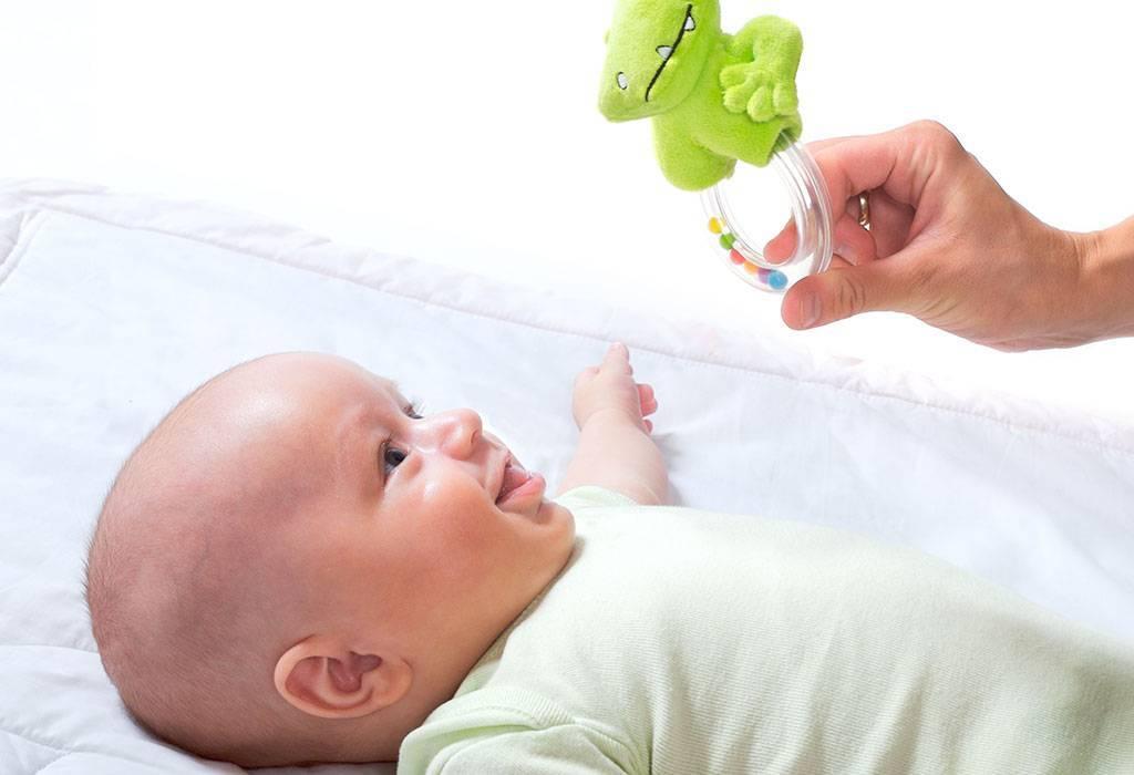 Когда новорожденный начинает слышать и видеть: возрастные нормативы, отклонения