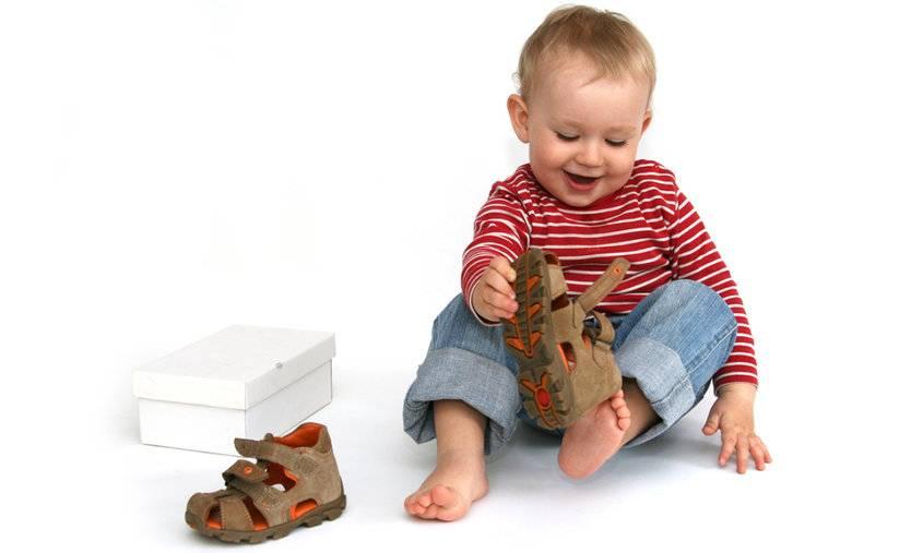 Нужно ли ребенку носить обувь дома? - страна мам