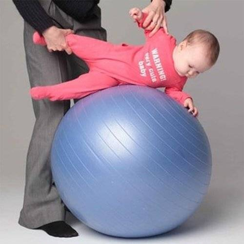 Все об упражнениях на фитболе для грудничков