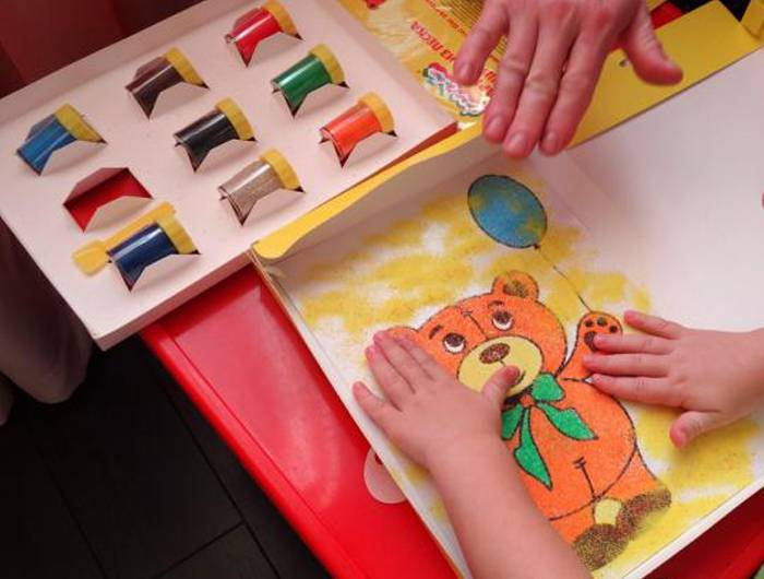 Польза рисования песком на световых столах для детей
