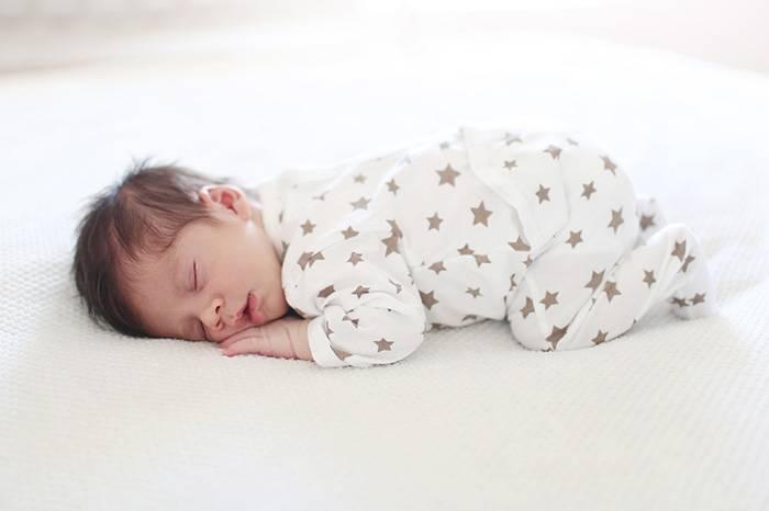 Можно ли новорожденному спать на животе и чем это опасно?