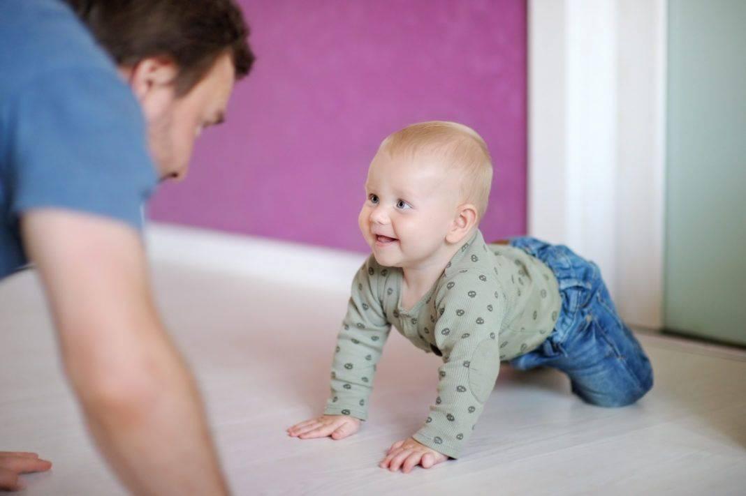 Во сколько месяцев ребенок начинает ползать