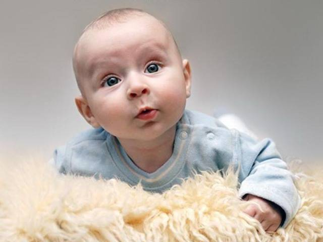 Во сколько месяцев малыш начинает гулить и агукать | салид
