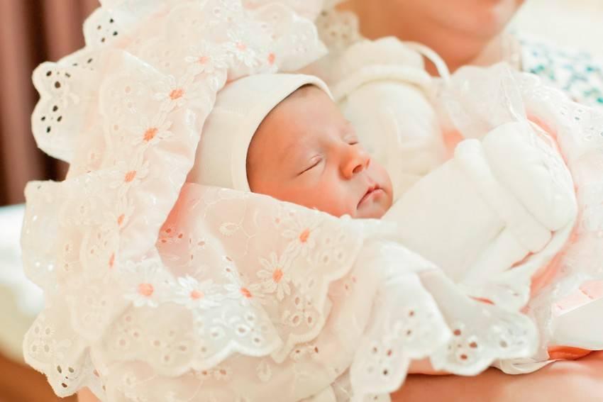 Красивая выписка из роддома весной и летом. как одеть ребенка на выписку?