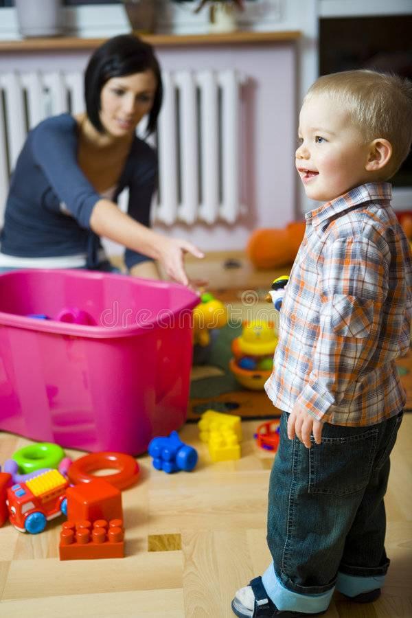 Как научить ребенка самостоятельно играть в 1-2 года (Комаровский)?