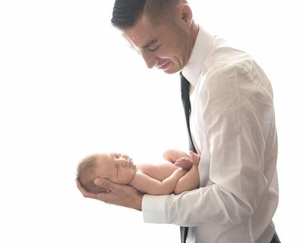 Основные правила как держать новорожденного ребенка: при купании, кормлении и после, при подмывании и другие позы