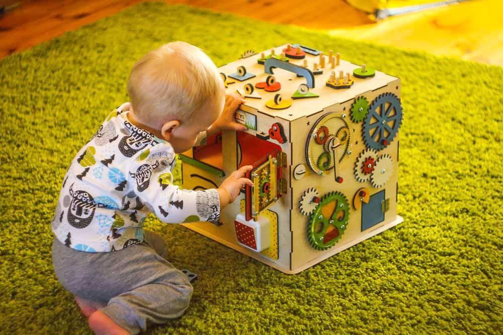 Что должен уметь ребенок в 11 месяцев? что умеет ребенок в 11 месяцев? как развивать ребенка в 11 месяцев? развивающие игры для детей 11 месяцев