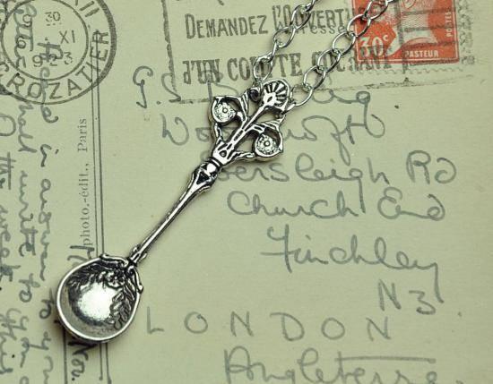 Серебряная ложка на первый зуб — примета или необходимость?