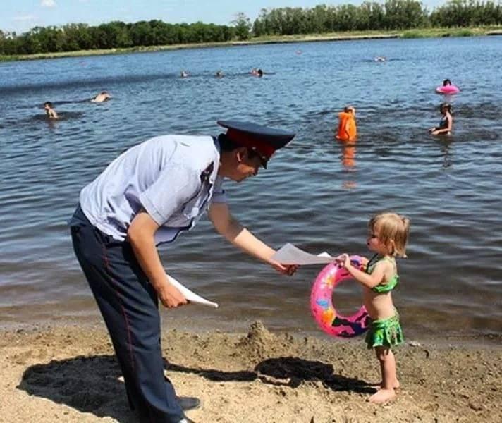 Дети на пляже: польза, опасность, когда начинать?