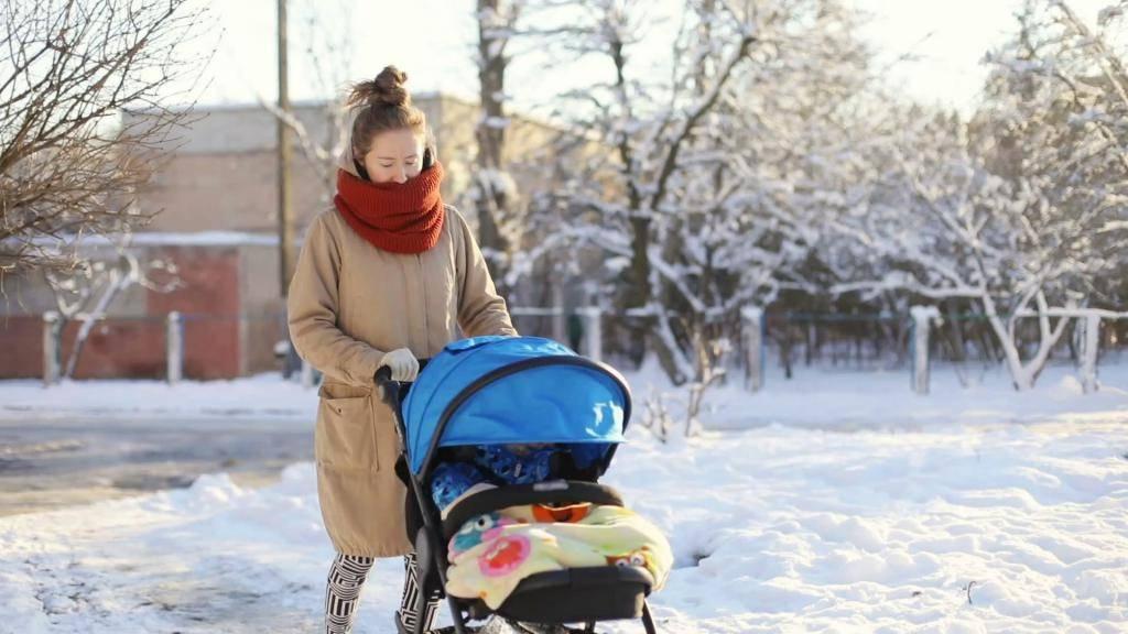 Прогулки с новорожденным: когда в первый раз выйти на улицу. как одеть малыша и сколько длится прогулка с новорожденным