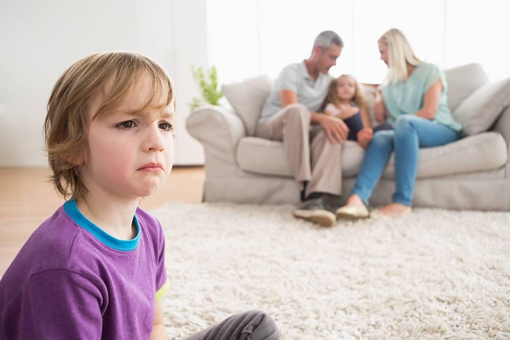 Старший ревнует к младшему: что делать маме