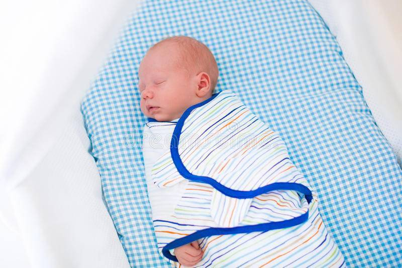 Как отучить ребенка от пеленания комаровский, приучить спать