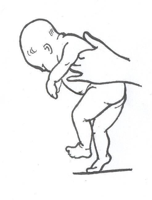 Зачем держать новорожденного столбиком и как правильно это делать? | активная мама