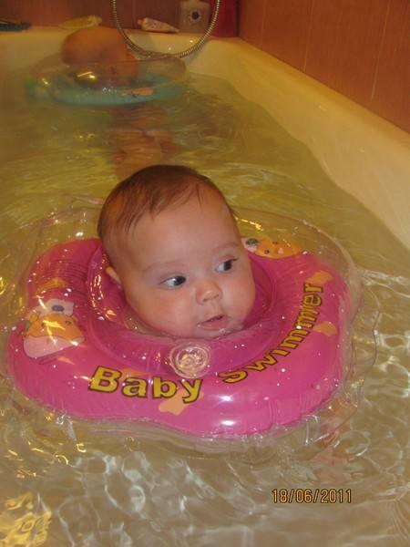 Как и с какого возраста можно купать ребенка с кругом на шее - видео инструкция