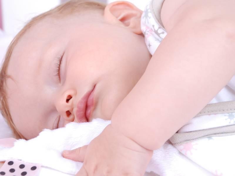До какого возраста ребенок просыпается по ночам и почему?