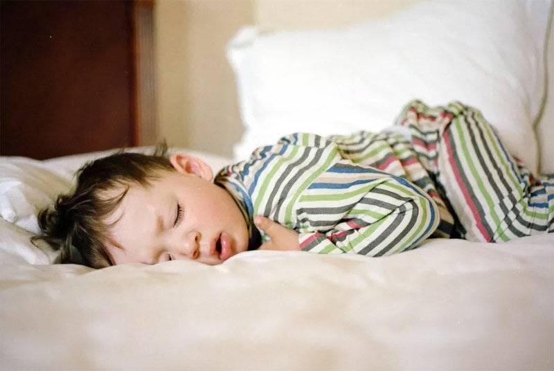 Грудничок вздрагивает во сне кряхтит
