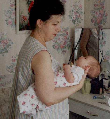 """Как правильно держать новорожденных: изучаем позу """"столбиком"""" после кормления, способы поддержки при подмывании"""
