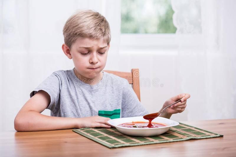 Почему ребенок отказывается от еды и что с этим делать