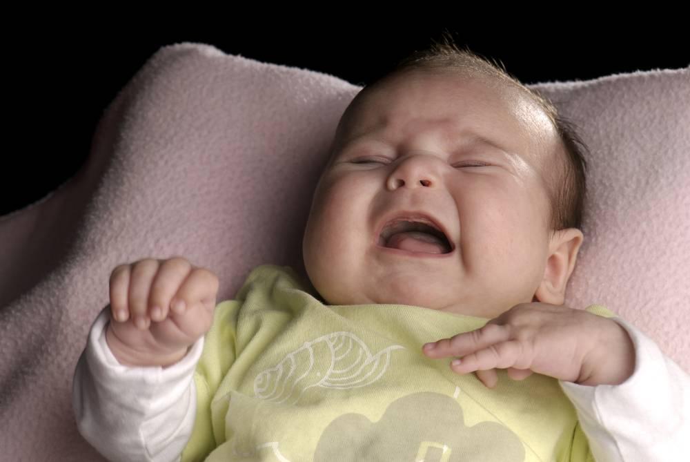 Беспокойный сон у грудничка, причины и что делать