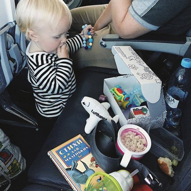 Чем занять ребенка в самолете? что взять с собой?