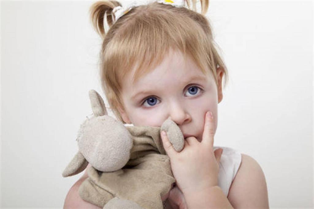 Зачем ребёнок всё тянет в рот и нужно ли запрещать