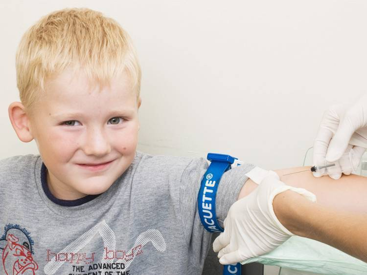 Анализы детям: пальчиковый забор крови или кровь из вены?