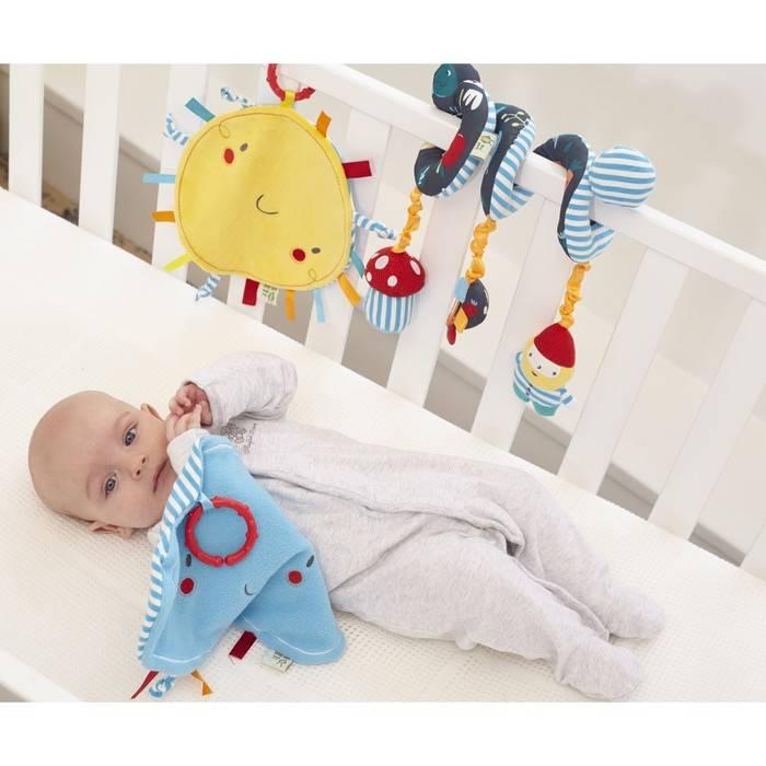 Игрушки над детской кроваткой. зачем новорожденному нужен мобиль?