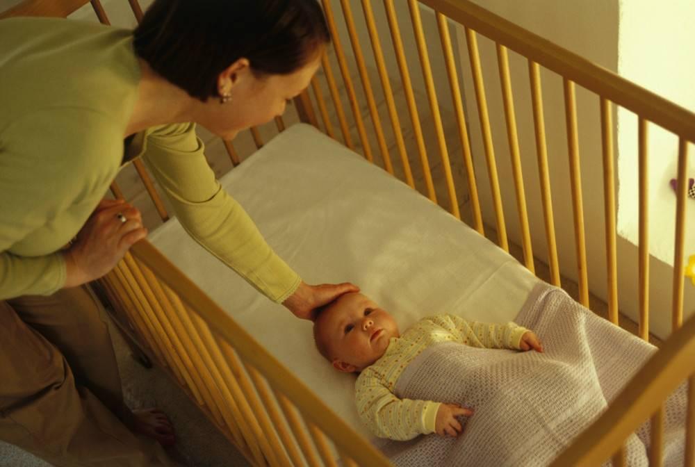 Как отучить ребенка засыпать на руках: полезные советы