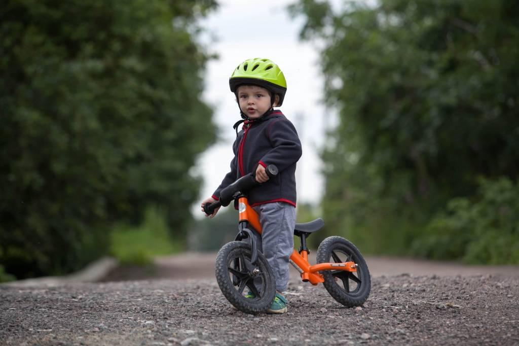 Как выбрать беговел? рейтинг хороших беговелов 2021, обзор и сравнение моделей. как правильно подобрать для ребенка от года?