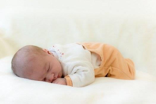 Новорожденный спит на животе: можно ли