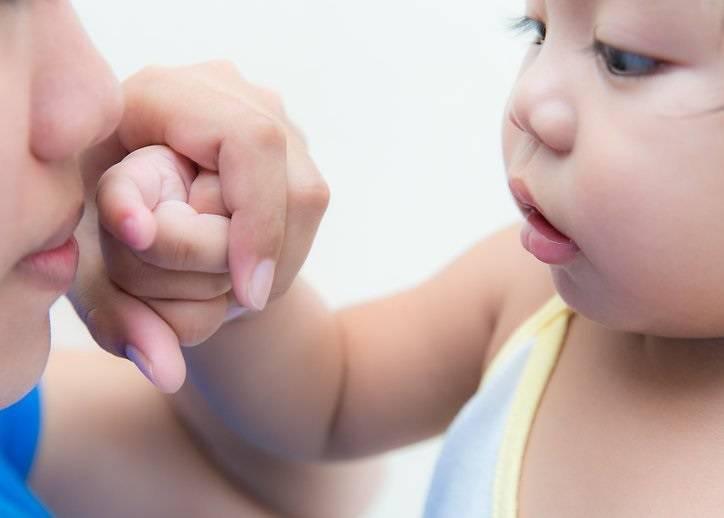 Как научить ребенка сморкаться: советы родителям