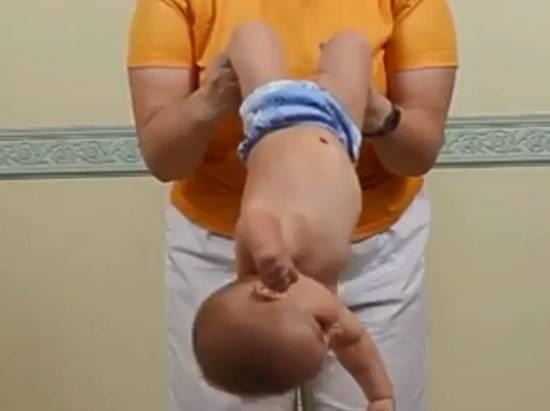 Как правильно держать новорожденного столбиком (фото и видео)