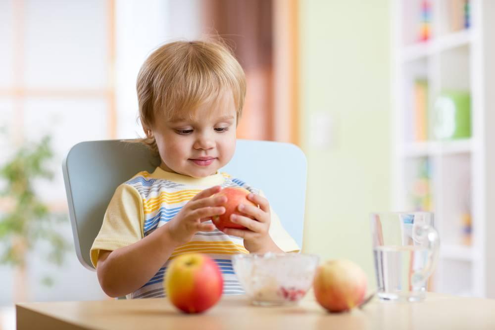 Как приучить ребенка к твердой пище: полезные советы