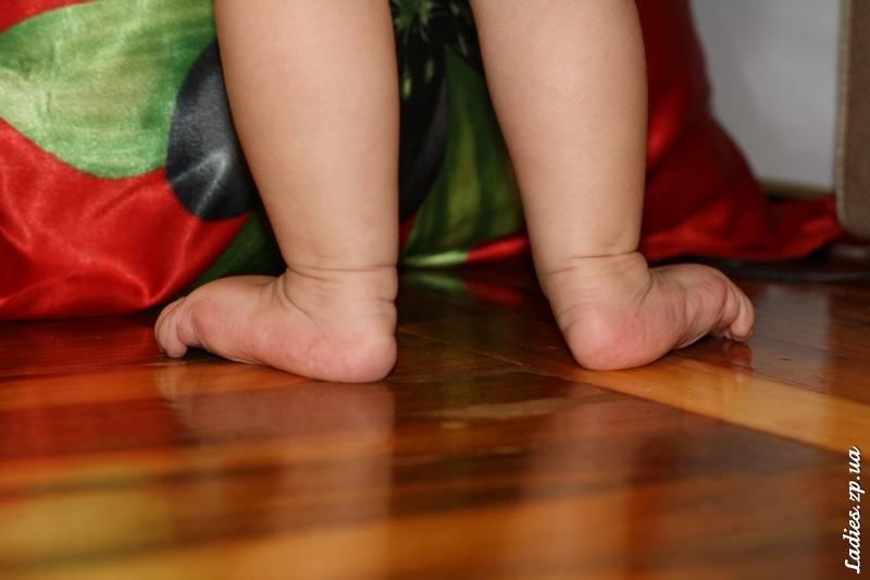 Как научить ребенка стоять без опоры
