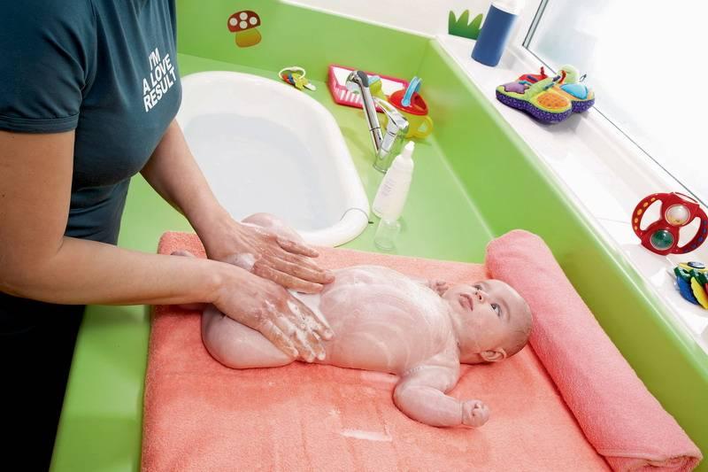 Как купать новорожденного в ванночке первый раз