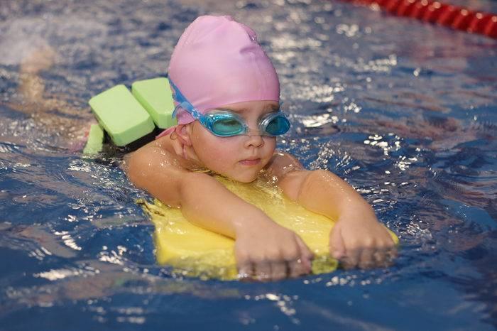 Как научиться плавать взрослому человеку самостоятельно